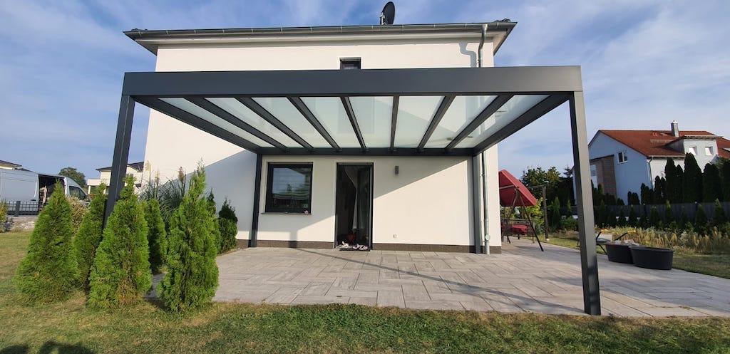 Eine Terrasse mit Lamellendach