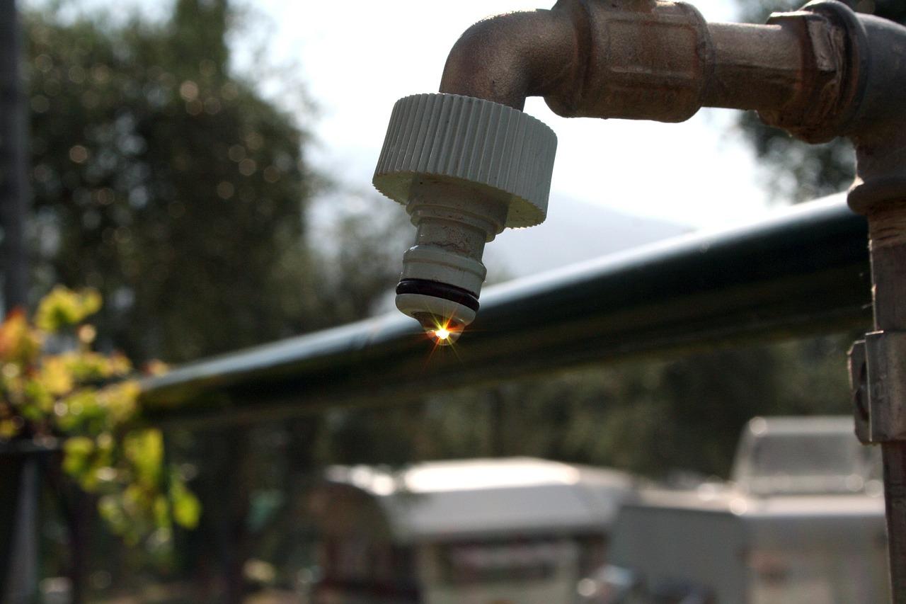 Wie sorgt man für den Wasseranschluss im Garten?